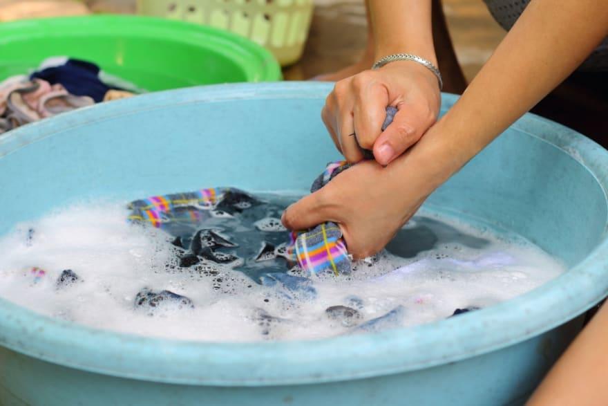 Madre hispana ofreció lavar ropa a mano para comprarle un pastel a su hijo y se hace viral