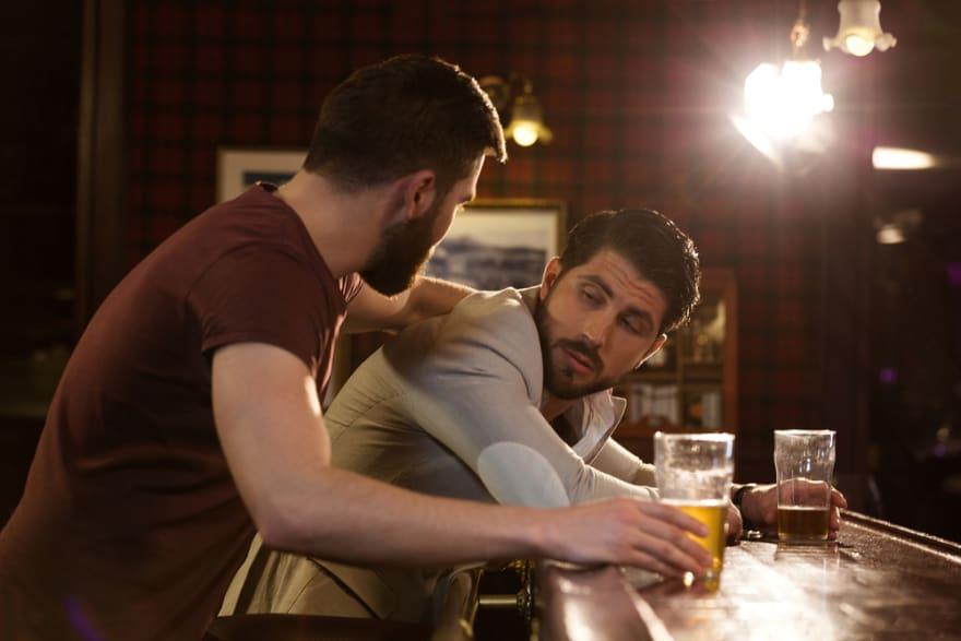 Hombre invita a beber a su amigo, lo emborracha y abusa de él