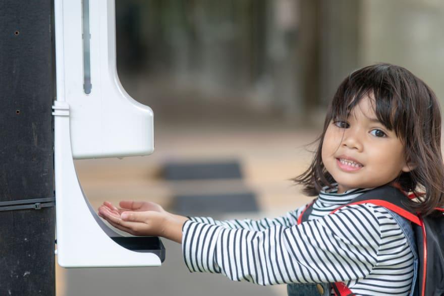Casi 800 niños de distrito escolar en Texas a cuarentena por COVID