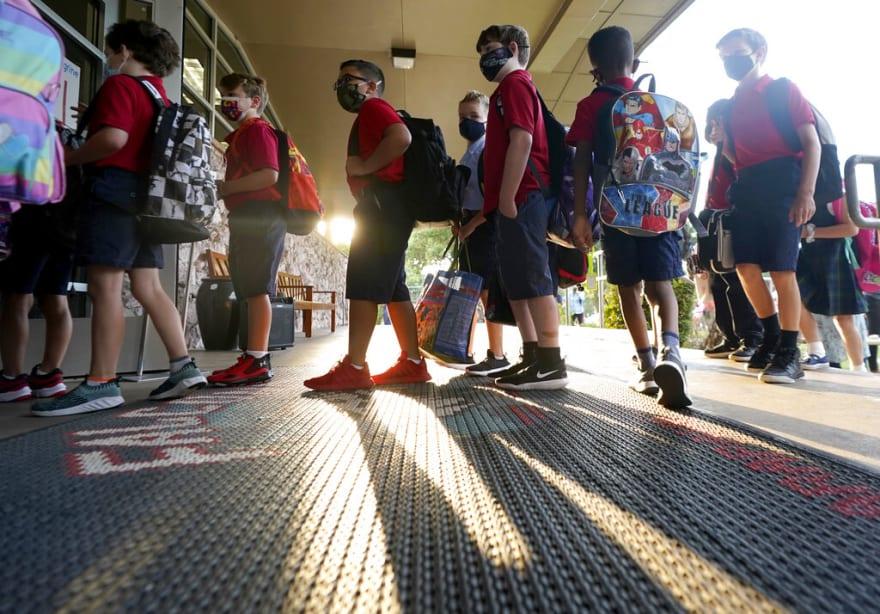CDC: maestro sin vacunar y sin mascarilla contagió a estudiantes y padres