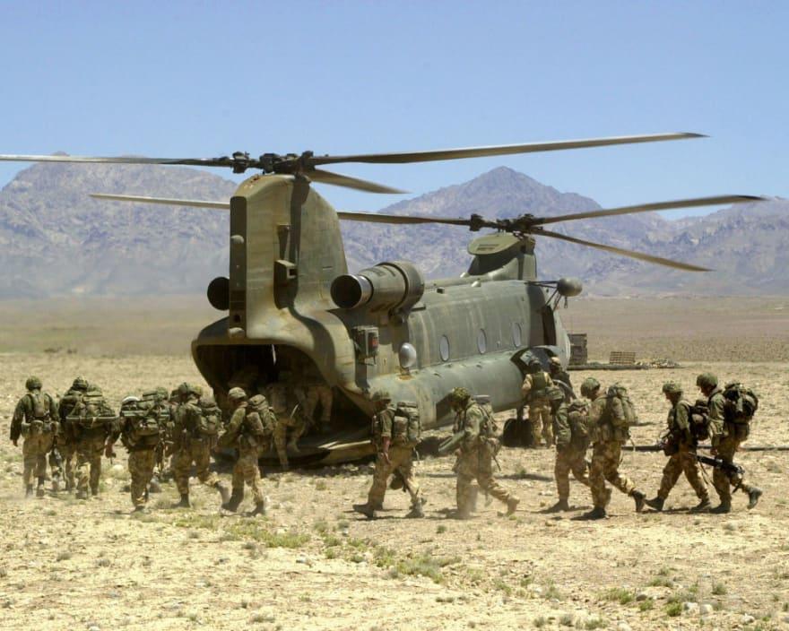 Salen en helicópteros y lanzando bengalas para evitar ataques