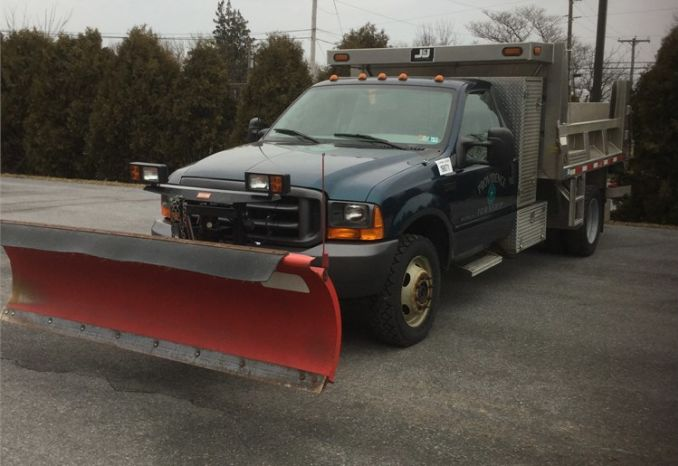 1999 Ford F550 4 X4 with plow and spreader