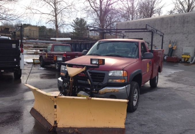 2005 GMC 2500 4WD utility body low miles w/ V plow, lift gate