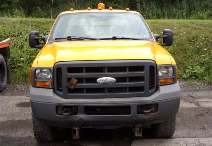 2005 Ford F350 w/ Fisher 6 Way Minute Mount Plow