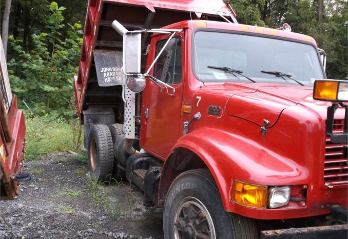1997 INTERNATIONAL SINGLE AXLE DUMP TRUCK  WITH PLOW AND SPREADER