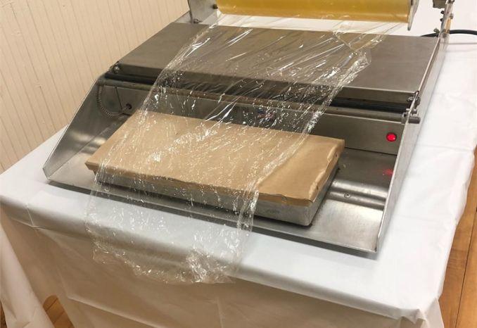 Cellaphane wrapping machine