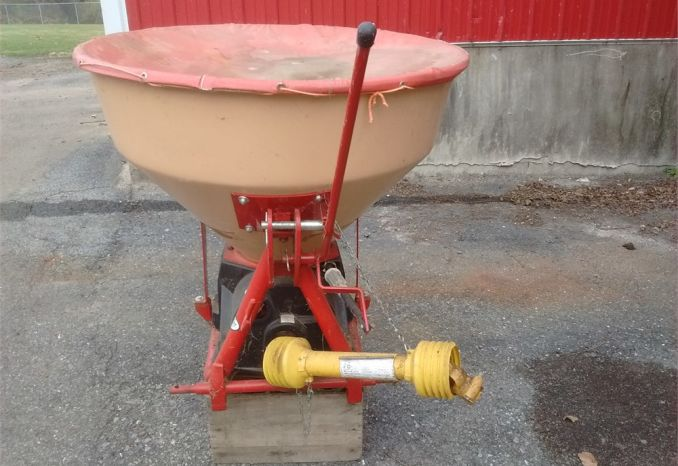 Category 1, 3 point mount cyclone spreader