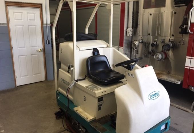 Tennant 7200 Ride on Floor Scrubber Cleaner