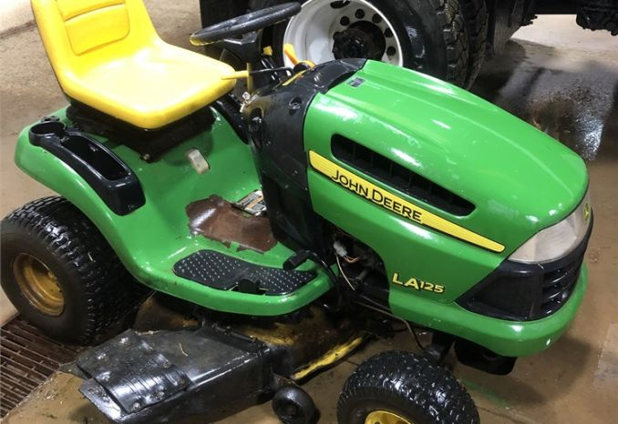 John Deere LA125 Riding Mower