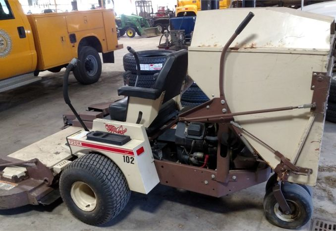 1997 Grass Hopper lawn mower with Vacuum Grasscatcher Model 720K