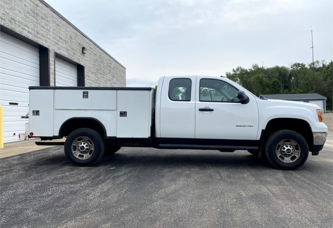 2013 GMC 3/4 ton 4x4 extended cab service body truck with 81,800