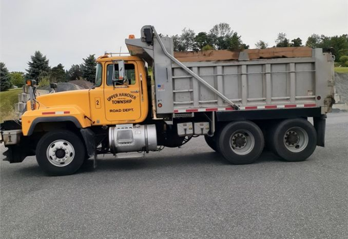 2001 R688S Mack - Tandem Axle Dump Truck