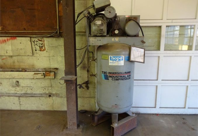 1993 T30 INGERSOLL-RAND AIR COMPRESSOR