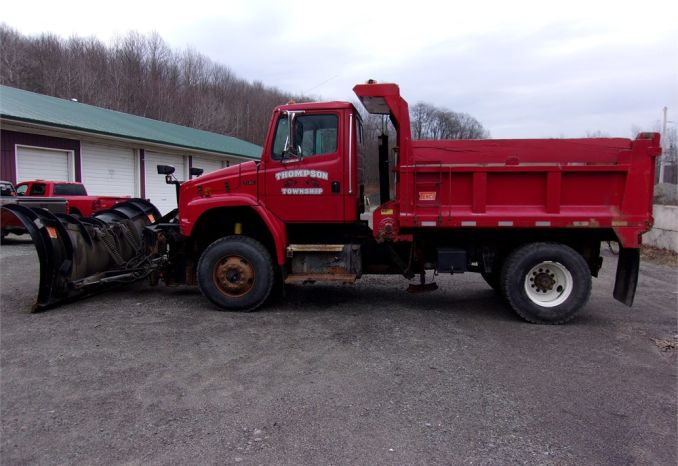 2004 Freightliner 4 wheel drive with tempco box and spreader