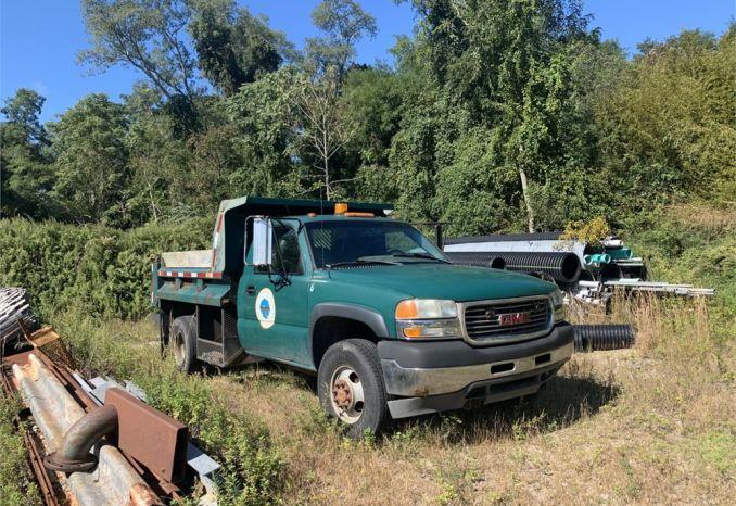 2002 GMC 3500 4wd truck w/ plow & stainless steel salt spreader