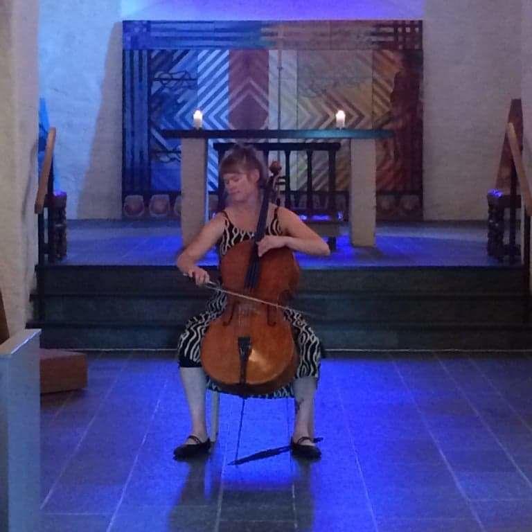 Ragnhild spelar cello
