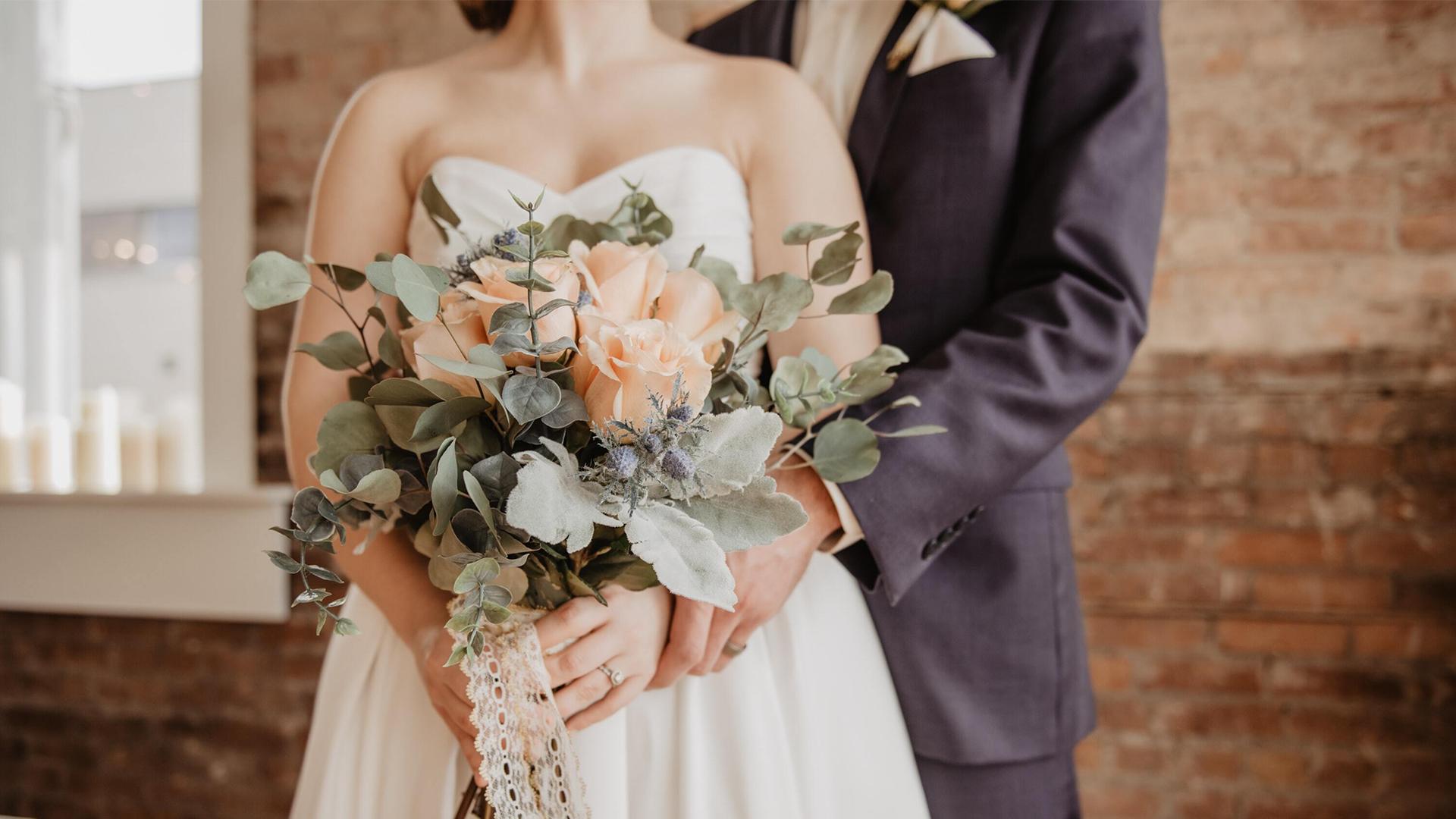 Bröllopspar med bukett