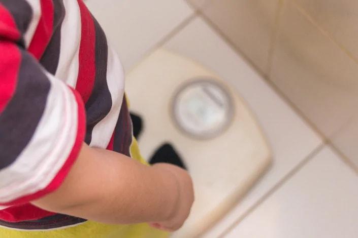 תמונה בנושא איך לעזור לילד לרדת במשקל?