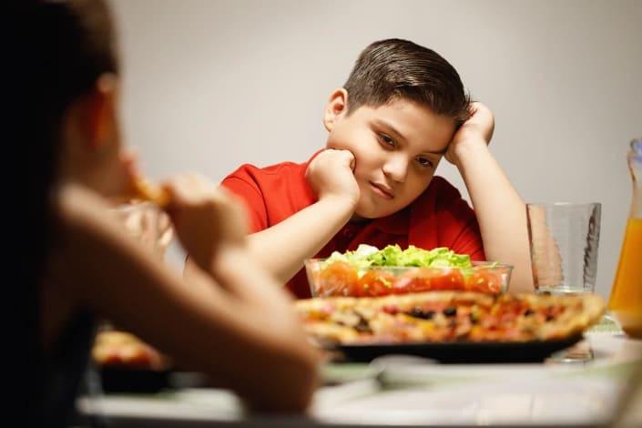 תמונה בנושא מה הורים לא צריכים לומר לילד בעודף משקל?
