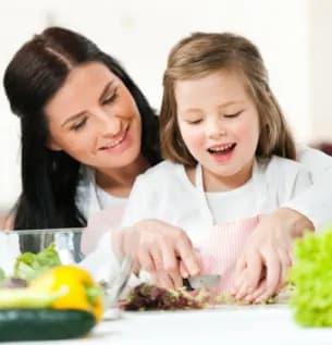 ילדה ואמא מכינות סלט