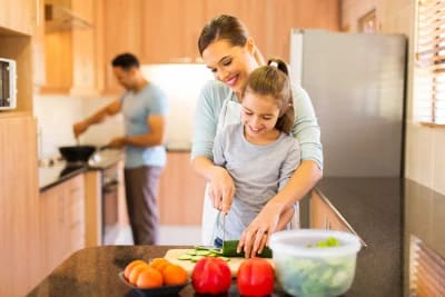 דיאטנית מבשלת אוכל בריא