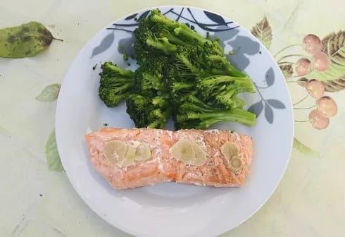 מתכון מוכן של דג סלמון מהיר בתנור