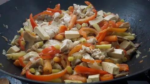 מתכון מוכן של ירקות מוקפצים עם טופו ועוף ב-20 דקות