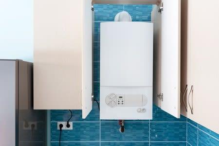 Chaudière camouflée dans une salle de bain