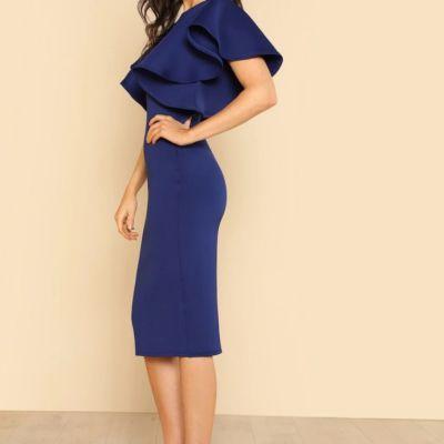 Marineblaues Kleid mit Volantärmeln