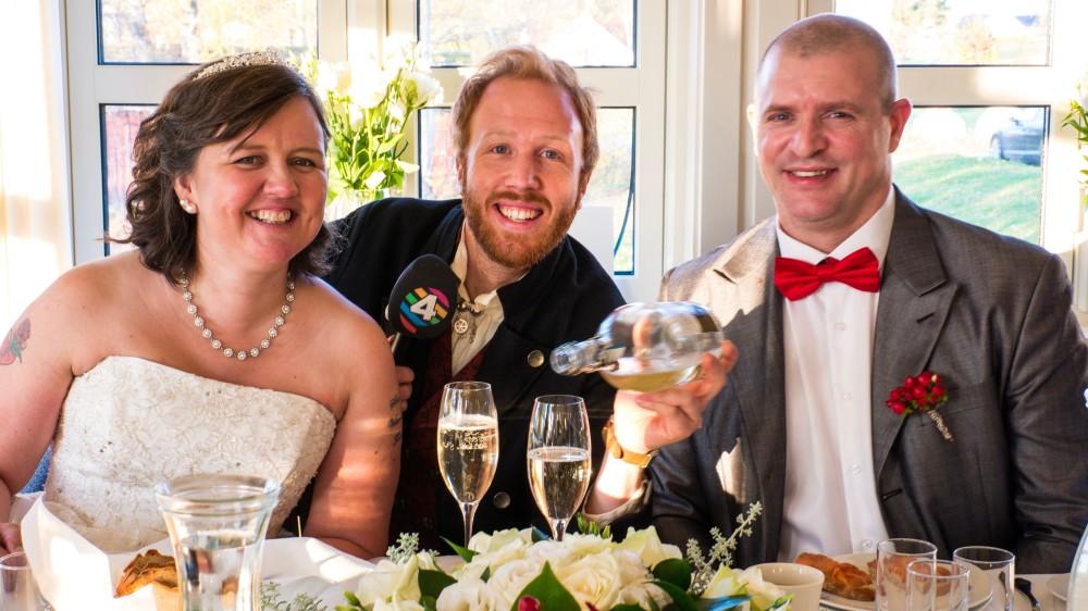 Programleder Øystein Røe Larsen med brudeparet