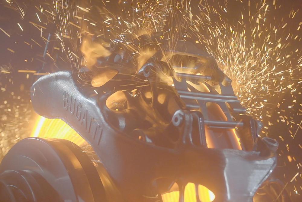 Abb.1: Der generativ gefertigte Bremssattel von Bugatti wird getestet.  Ein Video dazu finden Sie hier: https://youtu.be/hPkY8nBWxoU