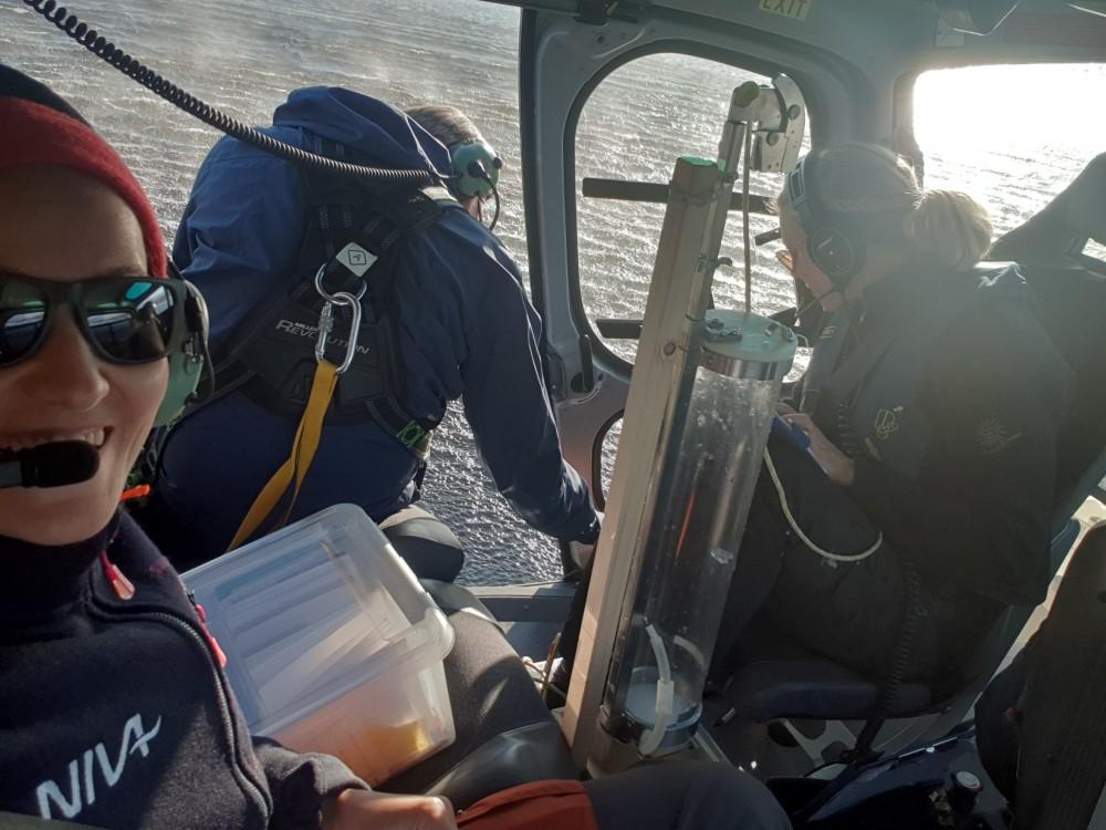 Høsten 2019 tok forskere fra NIVA prøver av omkring tusen norske innsjøer. Helikopter ble brukt for å rekke over alle. (Foto: NIVA)