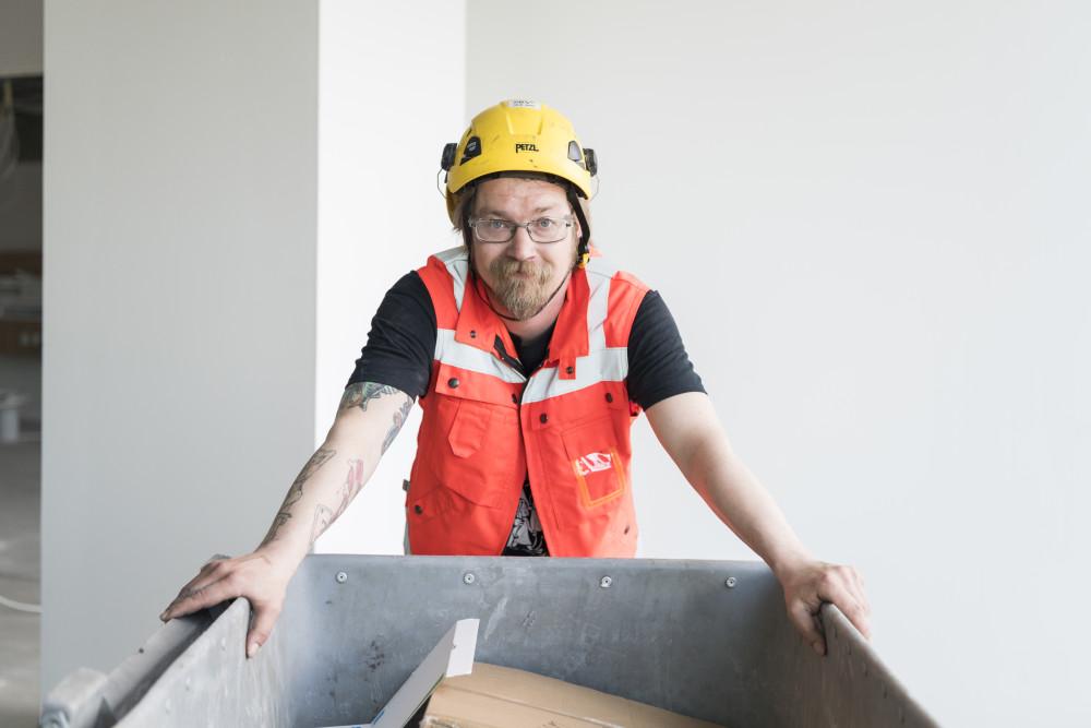 Cramon ammattilaiset siirtävät jäteastiat jäteparkkiin, josta ne tyhjennetään kierrätykseen meneville jätelavoille.