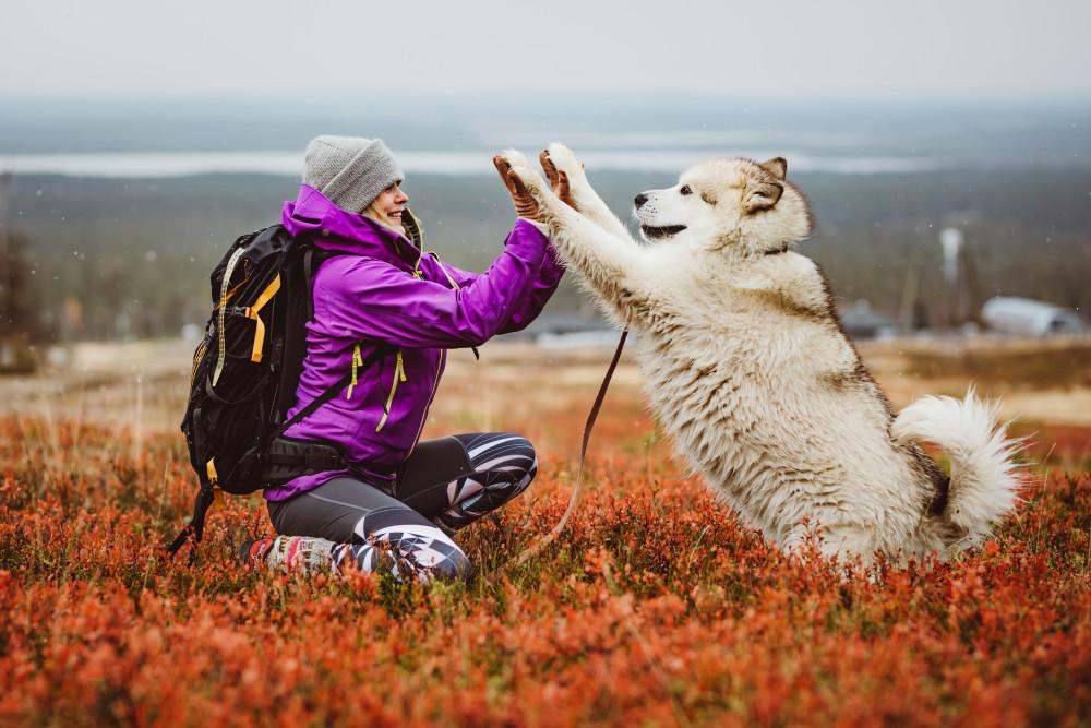 Heidi Seikkula ja hänen koiransa Atlas. Valokuvaaja Marko Vasara