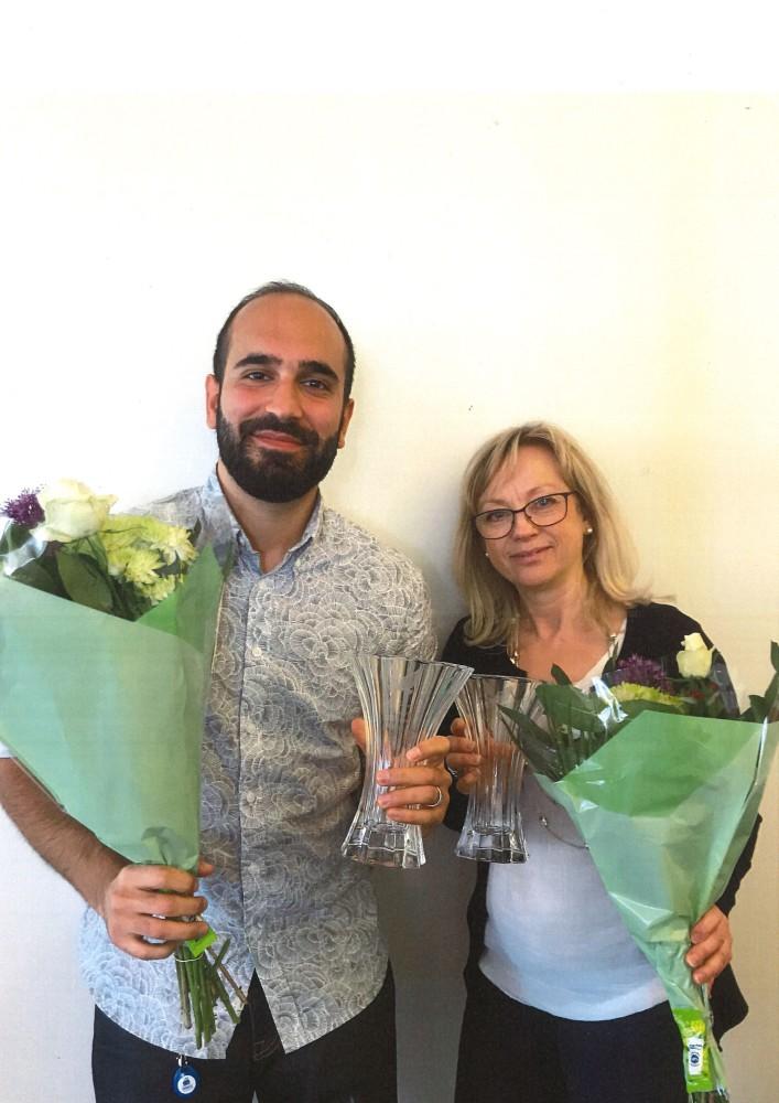 Ärendehandläggare Anna Lundberg och jurist Amir Kolbadi med blommor från nöjda medlemmar