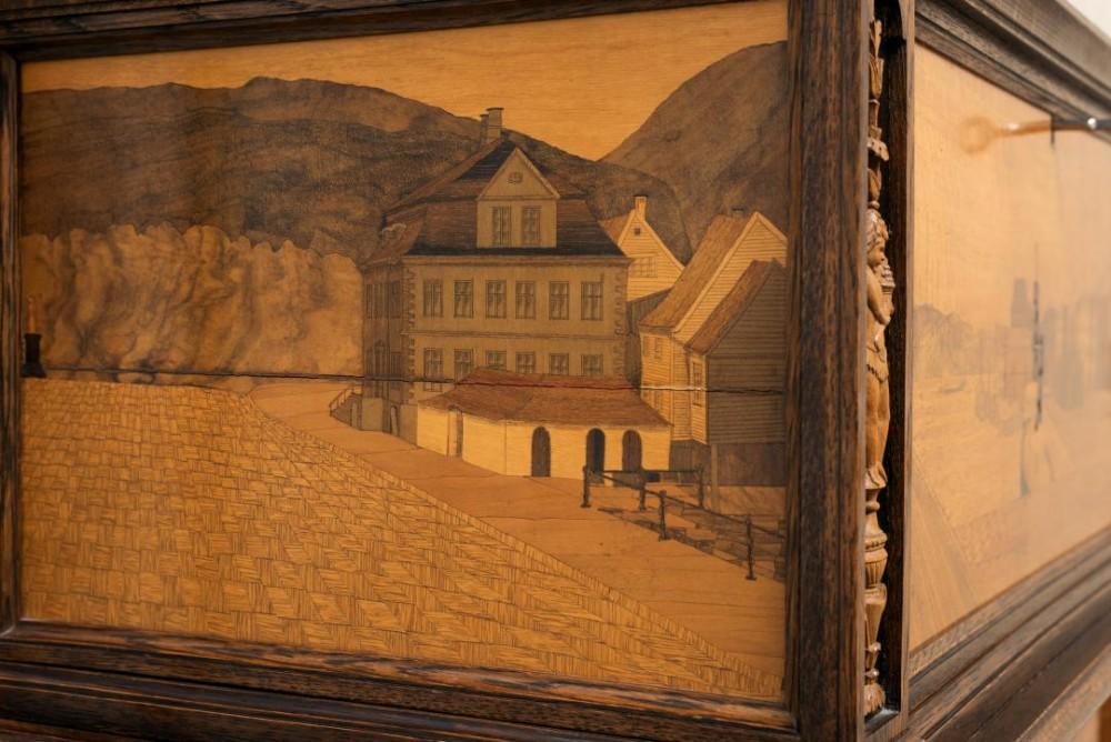 Bar-kiste i barokkstil (detalj), mahogni og intarsia, 1920, privat eier.