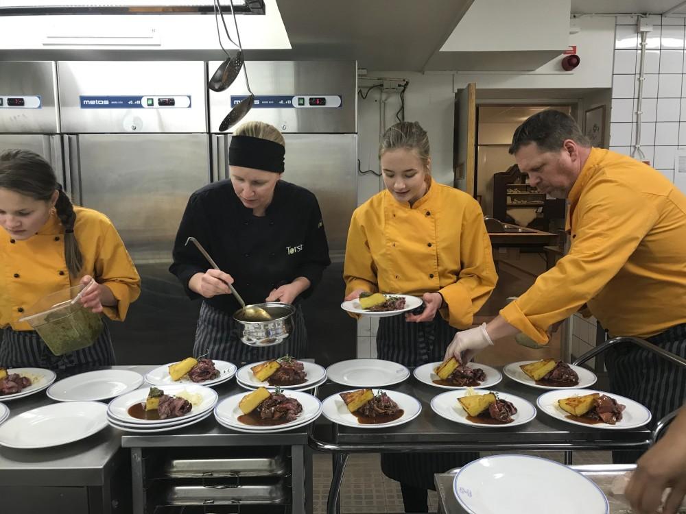 Lunch serverades på Torsta Gårdsrestaurang med hjälp av elever som har varit med i Erasmus utbyte från Lugnviksskolan.
