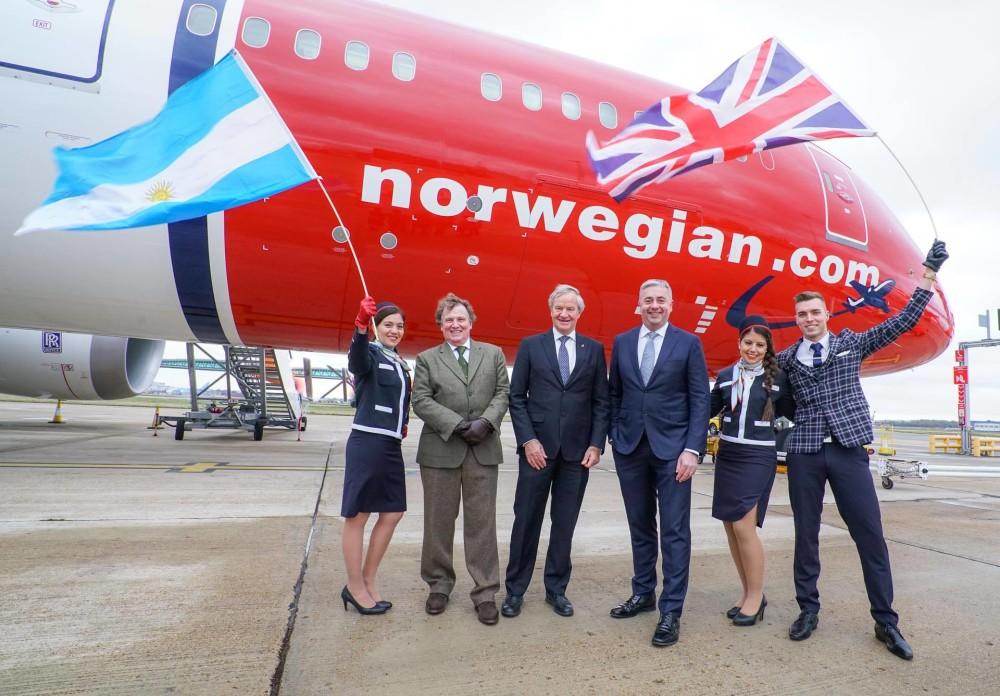 Norwegians konsernsjef Bjørn kjos med Argentinas ambassadør Carlos Sersale di Cerisano og administrerende direktør på London Gatwick, Stewart Wingate