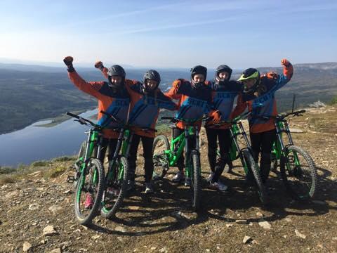Sportdesignstudenter från Nordiska Textilakademin cyklar downhill under samarbete med Cross