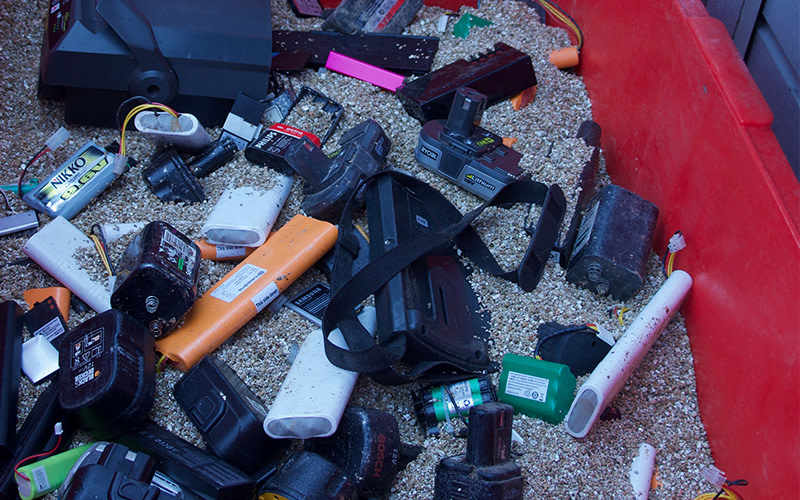 Litiumbatterier som klassats som farligt gods, ska nu sorteras separat på återvinningsstationerna med vermikulit mellan lagren.