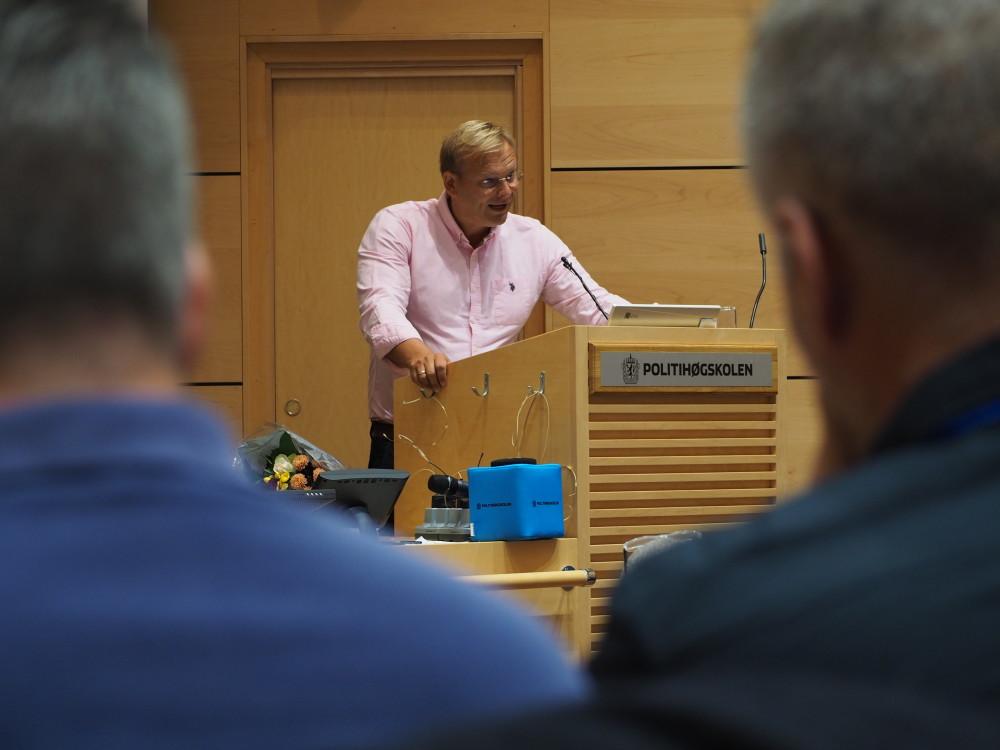 HEDER OG ÆRE: Ivar Fahsing mottok høgskolens formidlingspris. Foto: Naledi Forbord