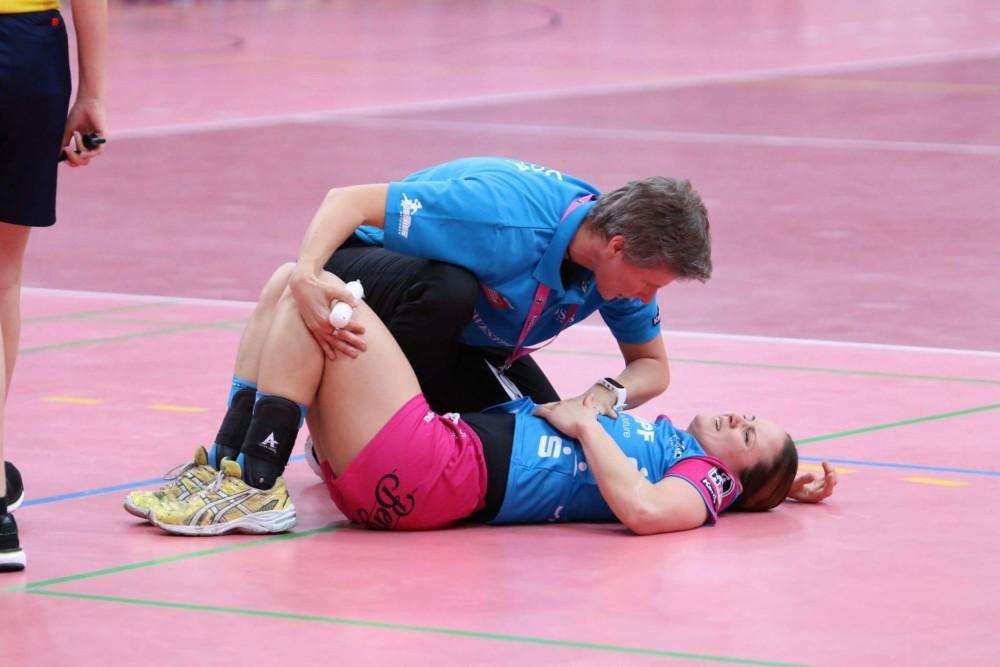 3. Birgit Halsband (li.) behandelt Anna Loerper, deutsche Handball-Nationalspielerin, Foto: Gunar Fritzsche
