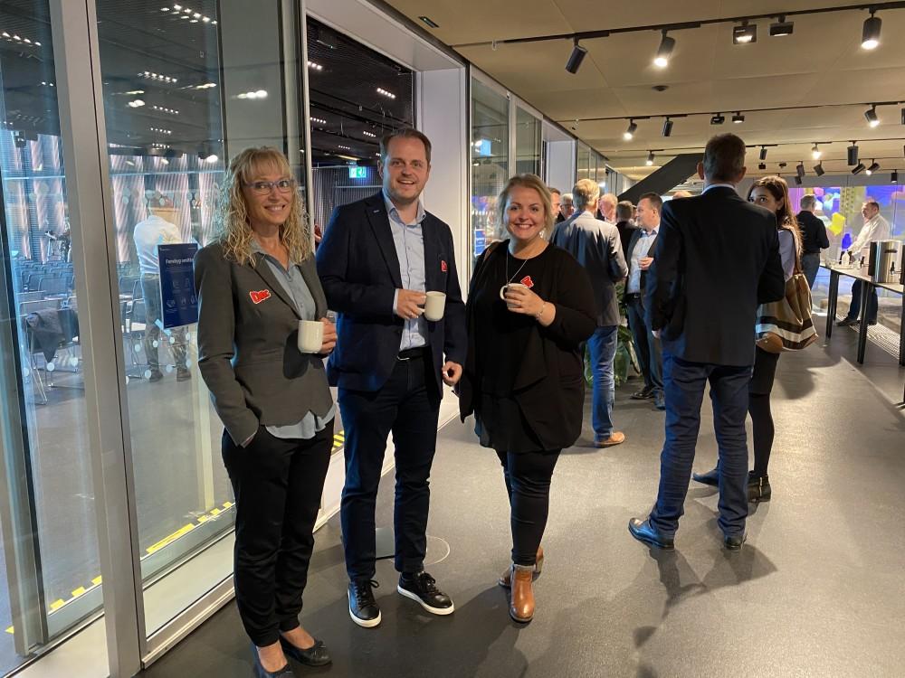 Forventningsfulde inden overrækkelsen. Salgsdirektør Puk Spencer, Salgschef René Jensen og Marketing Projektleder Louise Lindeskov.