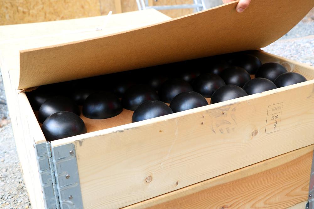 """1500 """"bollar"""" ska monteras i takformen för att skapa det akustiska taket."""