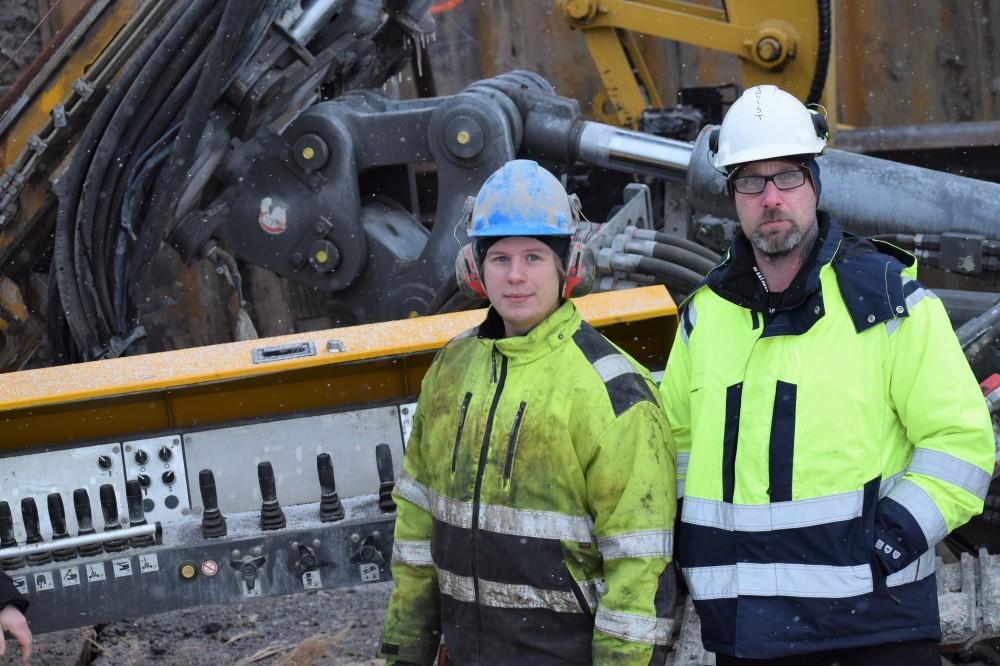 Mattias Söderqvist och ____ framför riggen.