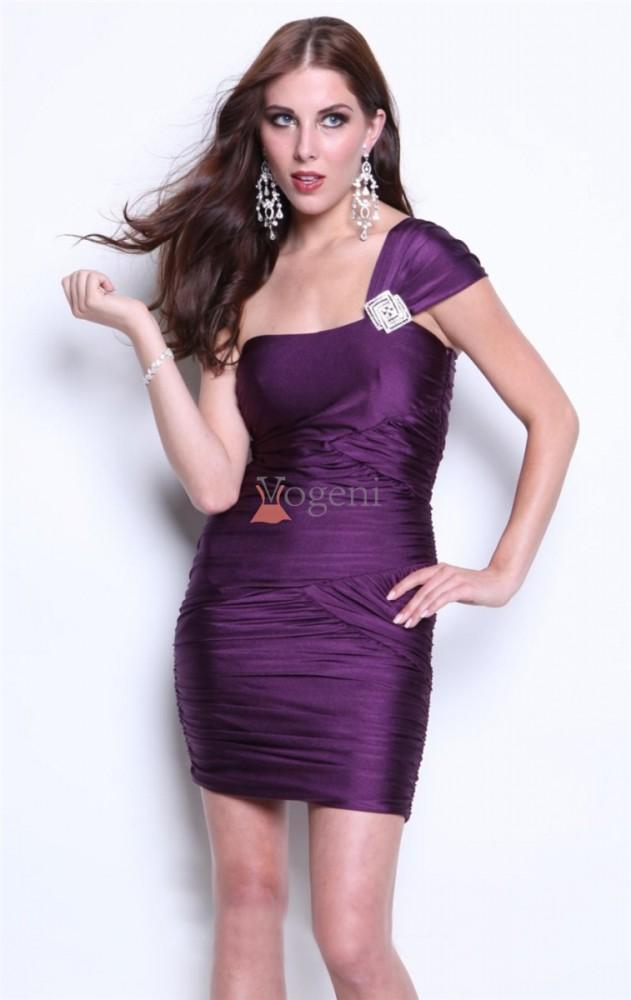 a45f26bde1bc Här kommer några tips på hur man väljer snygga klänningar, hur man använder  accessoarer, och hur man väljer en passande frisyr.