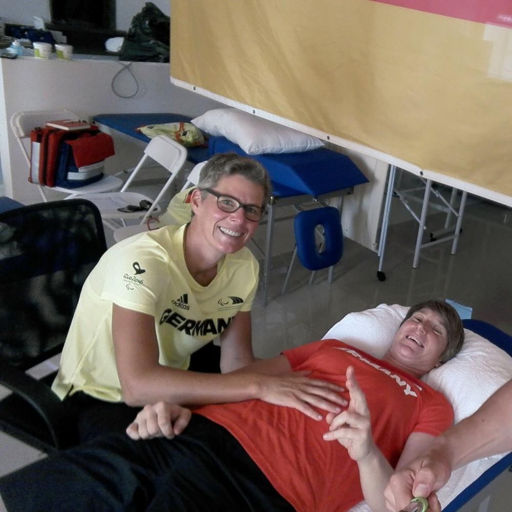 2. Osteopathin Birgit Halsband (li.) mit der Paralympics-Siegerin im Kugelstoßen 2016, Franziska Liebhardt. Foto: privat