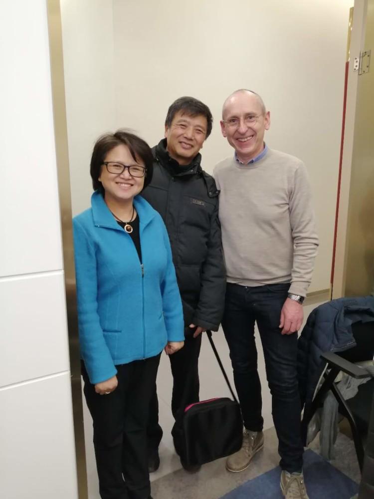 Dignios første kinesiske pasient sammen med lederen av Dignios kinateam, Huijia Liu Sollid, og medisinsk sjef, Jens Espeland.