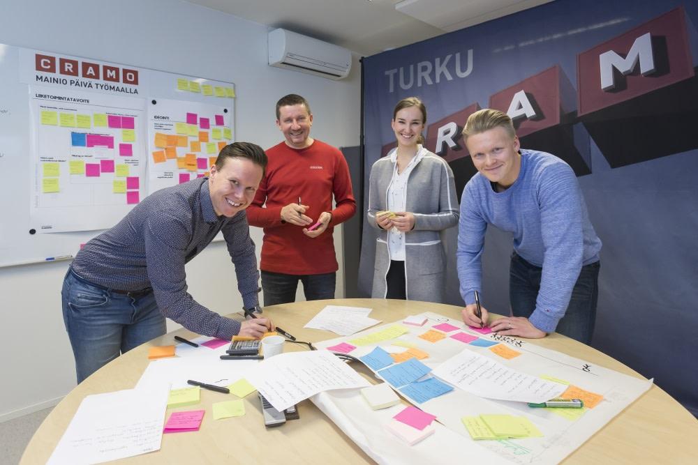 Cramon innovaatiotiimi käy läpi kaikki työntekijöiden tekemät kehitysehdotukset, kertovat Jani Kilkka (vas.), Erkki Hauhia, Enni Mannerjoki ja Mikko Marttila.