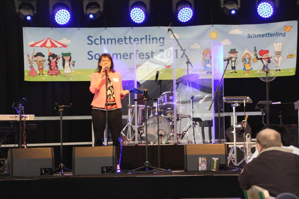 Geschäftsführerin Anya Müller-Eckert begrüßte, nach Ankündigung Ihrer Tochter, alle Gäste herzlich zum zweiten Schmetterling Sommerfest.